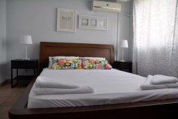 Спальня. Кипр, Ларнака город : Апартамент с гостиной, отдельной спальней и балконом с видом на море
