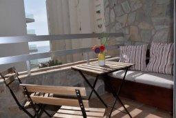 Балкон. Кипр, Ларнака город : Апартамент с гостиной, отдельной спальней и балконом с видом на море