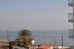 Вид на море. Кипр, Ларнака город : Апартамент с гостиной, отдельной спальней и балконом с видом на море