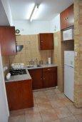 Кухня. Кипр, Ларнака город : Апартамент с гостиной, отдельной спальней и балконом с видом на море