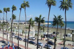 Ближайший пляж. Кипр, Ларнака город : Апаратмент в центре Ларнаки с гостиной, отдельной спальней и балконом