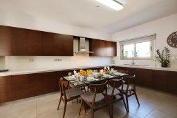 Кухня. Кипр, Корал Бэй : Роскошная вилла с 5-ю спальнями, с видом на море, с бассейном, детской площадкой и зелёной территорией с патио и барбекю
