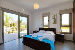 Спальня. Кипр, Корал Бэй : Роскошная вилла с 5-ю спальнями, с видом на море, с бассейном, детской площадкой и зелёной территорией с патио и барбекю