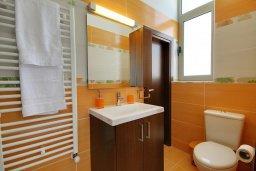 Ванная комната. Кипр, Корал Бэй : Роскошная вилла с 5-ю спальнями, с видом на море, с бассейном, детской площадкой и зелёной территорией с патио и барбекю