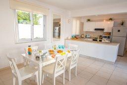 Обеденная зона. Кипр, Коннос Бэй : Прекрасная вилла с 3-мя спальнями, с бассейном и тенистой террасой с патио и барбекю