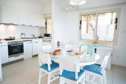 Обеденная зона. Кипр, Коннос Бэй : Роскошная вилла с потрясающим видом на Средиземное море, с 4-мя спальнями, с бассейном, патио, каменным барбекю, расположена на полуострове Cape Greco