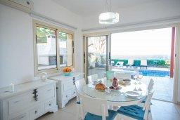 Гостиная. Кипр, Коннос Бэй : Роскошная вилла с потрясающим видом на Средиземное море, с 4-мя спальнями, с бассейном, патио, каменным барбекю, расположена на полуострове Cape Greco