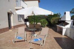 Территория. Кипр, Пернера : Уютная вилла с видом на Средиземное море, с 3-мя спальнями, бассейном, зелёным двориком, патио, каменным барбекю и террасой на крыше
