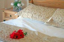 Спальня. Кипр, Пернера : Уютная вилла с видом на Средиземное море, с 3-мя спальнями, бассейном, зелёным двориком, патио, каменным барбекю и террасой на крыше