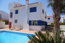Фасад дома. Кипр, Каво Марис Протарас : Прекрасная вилла с 3-мя спальнями, с бассейном, цветущим садом, с патио и барбекю, расположена в небольшом комплексе в Протарасе