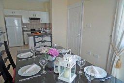 Обеденная зона. Кипр, Каво Марис Протарас : Прекрасная вилла с 3-мя спальнями, с бассейном, цветущим садом, с патио и барбекю, расположена в небольшом комплексе в Протарасе