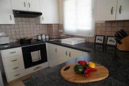 Кухня. Кипр, Каво Марис Протарас : Прекрасная вилла с 3-мя спальнями, с бассейном, цветущим садом, с патио и барбекю, расположена в небольшом комплексе в Протарасе