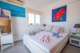 Спальня. Кипр, Сиренс Бич - Айя Текла : Роскошная вилла с видом на Средиземное море, с 3-мя спальнями,  с бассейном, солнечной террасой на крыше, патио и барбекю, расположена в популярном месте в Айя-Текла в 100 метрах от пляжа