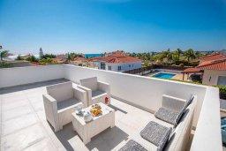 Терраса. Кипр, Сиренс Бич - Айя Текла : Роскошная вилла с видом на Средиземное море, с 3-мя спальнями,  с бассейном, солнечной террасой на крыше, патио и барбекю, расположена в популярном месте в Айя-Текла в 100 метрах от пляжа