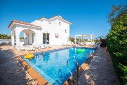 Вид на виллу/дом снаружи. Кипр, Сиренс Бич - Айя Текла : Роскошная вилла с видом на Средиземное море, с 3-мя спальнями,  с бассейном, солнечной террасой на крыше, патио и барбекю, расположена в популярном месте в Айя-Текла в 100 метрах от пляжа