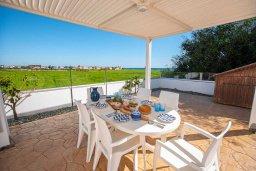 Обеденная зона. Кипр, Сиренс Бич - Айя Текла : Роскошная вилла с видом на Средиземное море, с 3-мя спальнями,  с бассейном, солнечной террасой на крыше, патио и барбекю, расположена в популярном месте в Айя-Текла в 100 метрах от пляжа