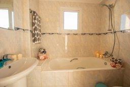 Ванная комната. Кипр, Сиренс Бич - Айя Текла : Роскошная вилла с видом на Средиземное море, с 3-мя спальнями,  с бассейном, солнечной террасой на крыше, патио и барбекю, расположена в популярном месте в Айя-Текла в 100 метрах от пляжа
