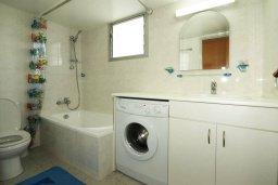 Ванная комната. Кипр, Центр Лимассола : Апартамент в 50 метрах от пляжа, с гостиной, отдельной спальней и балконом