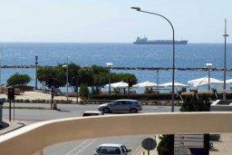 Вид на море. Кипр, Центр Лимассола : Апартамент в 50 метрах от пляжа, с гостиной, двумя отдельными спальнями и балконом с видом на море
