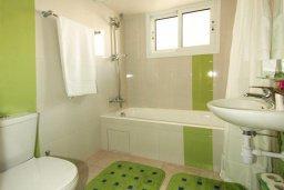 Ванная комната. Кипр, Центр Лимассола : Апартамент в 50 метрах от пляжа, с гостиной, двумя отдельными спальнями и балконом с видом на море