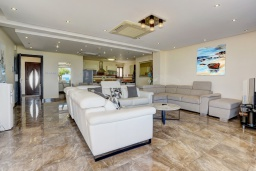 Гостиная. Кипр, Санрайз Протарас : Шикарная вилла с видом на Средиземное море, с 5-ю спальнями, с бассейном, сауной, джакузи, тенистой террасой с lounge-зоной, расположена в 50 метрах от пляжа