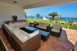 Терраса. Кипр, Санрайз Протарас : Шикарная вилла с видом на Средиземное море, с 5-ю спальнями, с бассейном, сауной, джакузи, тенистой террасой с lounge-зоной, расположена в 50 метрах от пляжа