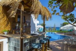 Зона отдыха у бассейна. Кипр, Санрайз Протарас : Шикарная вилла с видом на Средиземное море, с 5-ю спальнями, с бассейном, сауной, джакузи, тенистой террасой с lounge-зоной, расположена в 50 метрах от пляжа