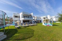 Вид на виллу/дом снаружи. Кипр, Санрайз Протарас : Шикарная вилла с видом на Средиземное море, с 5-ю спальнями, с бассейном, сауной, джакузи, тенистой террасой с lounge-зоной, расположена в 50 метрах от пляжа