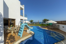 Бассейн. Кипр, Санрайз Протарас : Шикарная вилла с видом на Средиземное море, с 5-ю спальнями, с бассейном, сауной, джакузи, тенистой террасой с lounge-зоной, расположена в 50 метрах от пляжа