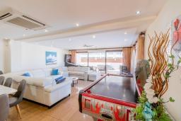 Гостиная. Кипр, Санрайз Протарас : Шикарная вилла с потрясающим видом на Средиземное море, с 5-ю спальнями, с бассейном с подогревом, с джакузи, сауной, расположена недалеко от пляжа Fig Tree Bay