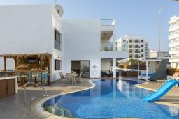 Вид на виллу/дом снаружи. Кипр, Санрайз Протарас : Шикарная вилла с потрясающим видом на Средиземное море, с 5-ю спальнями, с бассейном с подогревом, с джакузи, сауной, расположена недалеко от пляжа Fig Tree Bay