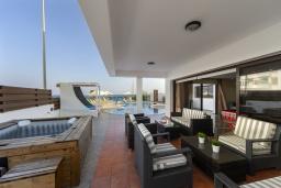 Терраса. Кипр, Санрайз Протарас : Шикарная вилла с потрясающим видом на Средиземное море, с 5-ю спальнями, с бассейном с подогревом, с джакузи, сауной, расположена недалеко от пляжа Fig Tree Bay