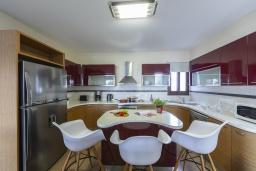 Кухня. Кипр, Санрайз Протарас : Шикарная вилла с потрясающим видом на Средиземное море, с 5-ю спальнями, с бассейном с подогревом, с джакузи, сауной, расположена недалеко от пляжа Fig Tree Bay