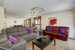 Гостиная. Кипр, Санрайз Протарас : Шикарная вилла с 5-ю спальнями, с бассейном, сауной, джакузи, тенистой террасой с патио и уличным баром, расположена около пляжа Fig Tree Bay