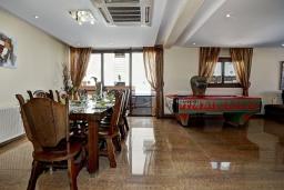 Обеденная зона. Кипр, Санрайз Протарас : Шикарная вилла с 5-ю спальнями, с бассейном, сауной, джакузи, тенистой террасой с патио и уличным баром, расположена около пляжа Fig Tree Bay