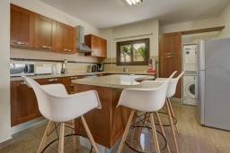 Кухня. Кипр, Санрайз Протарас : Шикарная вилла с 5-ю спальнями, с бассейном, сауной, джакузи, тенистой террасой с патио и уличным баром, расположена около пляжа Fig Tree Bay