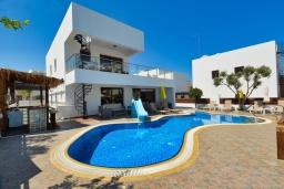 Вид на виллу/дом снаружи. Кипр, Санрайз Протарас : Шикарная вилла с 5-ю спальнями, с бассейном, сауной, джакузи, тенистой террасой с патио и уличным баром, расположена около пляжа Fig Tree Bay