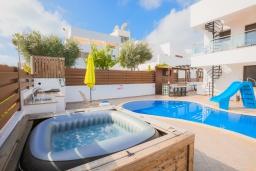 Развлечения и отдых на вилле. Кипр, Санрайз Протарас : Шикарная вилла с 5-ю спальнями, с бассейном, сауной, джакузи, тенистой террасой с патио и уличным баром, расположена около пляжа Fig Tree Bay