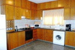 Кухня. Кипр, Декелия - Ороклини : Двухэтажная вилла с двориком недалеко от пляжа, 3 спальни, 2 ванные комнаты, Wi-Fi