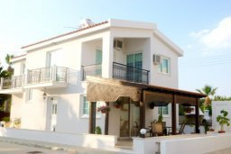 Фасад дома. Кипр, Декелия - Ороклини : Двухэтажная вилла с двориком недалеко от пляжа, 3 спальни, 2 ванные комнаты, Wi-Fi