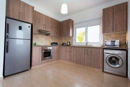 Кухня. Кипр, Нисси Бич : Шикарная вилла с 4-мя спальнями, с бассейном, патио и барбекю, расположена всего в нескольких минутах ходьбы от Nissi Avenue