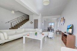 Гостиная. Кипр, Нисси Бич : Шикарная вилла с 4-мя спальнями, с бассейном, патио и барбекю, расположена всего в нескольких минутах ходьбы от Nissi Avenue