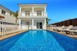 Вид на виллу/дом снаружи. Кипр, Нисси Бич : Шикарная вилла с 4-мя спальнями, с бассейном, патио и барбекю, расположена в центре Айя-Напы