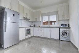 Кухня. Кипр, Нисси Бич : Шикарная вилла с 4-мя спальнями, с бассейном, патио и барбекю, расположена в центре Айя-Напы