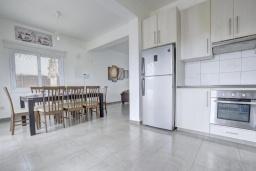 Гостиная. Кипр, Нисси Бич : Шикарная вилла с 4-мя спальнями, с бассейном, патио и барбекю, расположена в центре Айя-Напы
