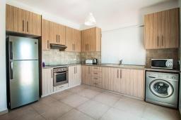 Кухня. Кипр, Нисси Бич : Прекрасная вилла с 4-мя спальнями, с бассейном, патио и барбекю, расположена недалеко от пляжа Nissi Beach