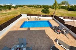 Бассейн. Кипр, Нисси Бич : Прекрасная вилла с 4-мя спальнями, с бассейном, патио и барбекю, расположена недалеко от пляжа Nissi Beach