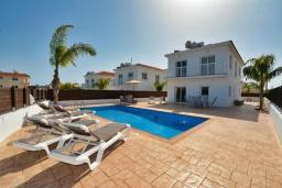 Вид на виллу/дом снаружи. Кипр, Нисси Бич : Прекрасная вилла с 4-мя спальнями, с бассейном, патио и барбекю, расположена недалеко от пляжа Nissi Beach