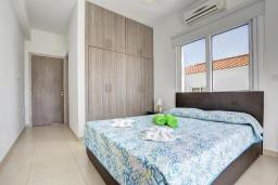 Спальня. Кипр, Нисси Бич : Прекрасная вилла с 4-мя спальнями, с бассейном, патио и барбекю, расположена недалеко от пляжа Nissi Beach