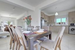 Обеденная зона. Кипр, Нисси Бич : Прекрасная вилла с 4-мя спальнями, с бассейном, патио и барбекю, расположена недалеко от пляжа Nissi Beach